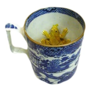 A SWANSEA CAMBRIAN POTTERY BLUE TRANSFER PRINTED FROG MUG